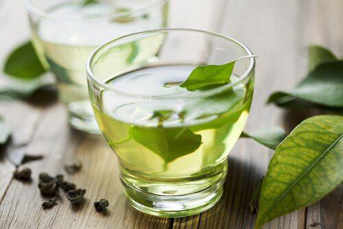 4 Ceaiuri care te ajuta sa elimini toxinele din organism si sa slabesti